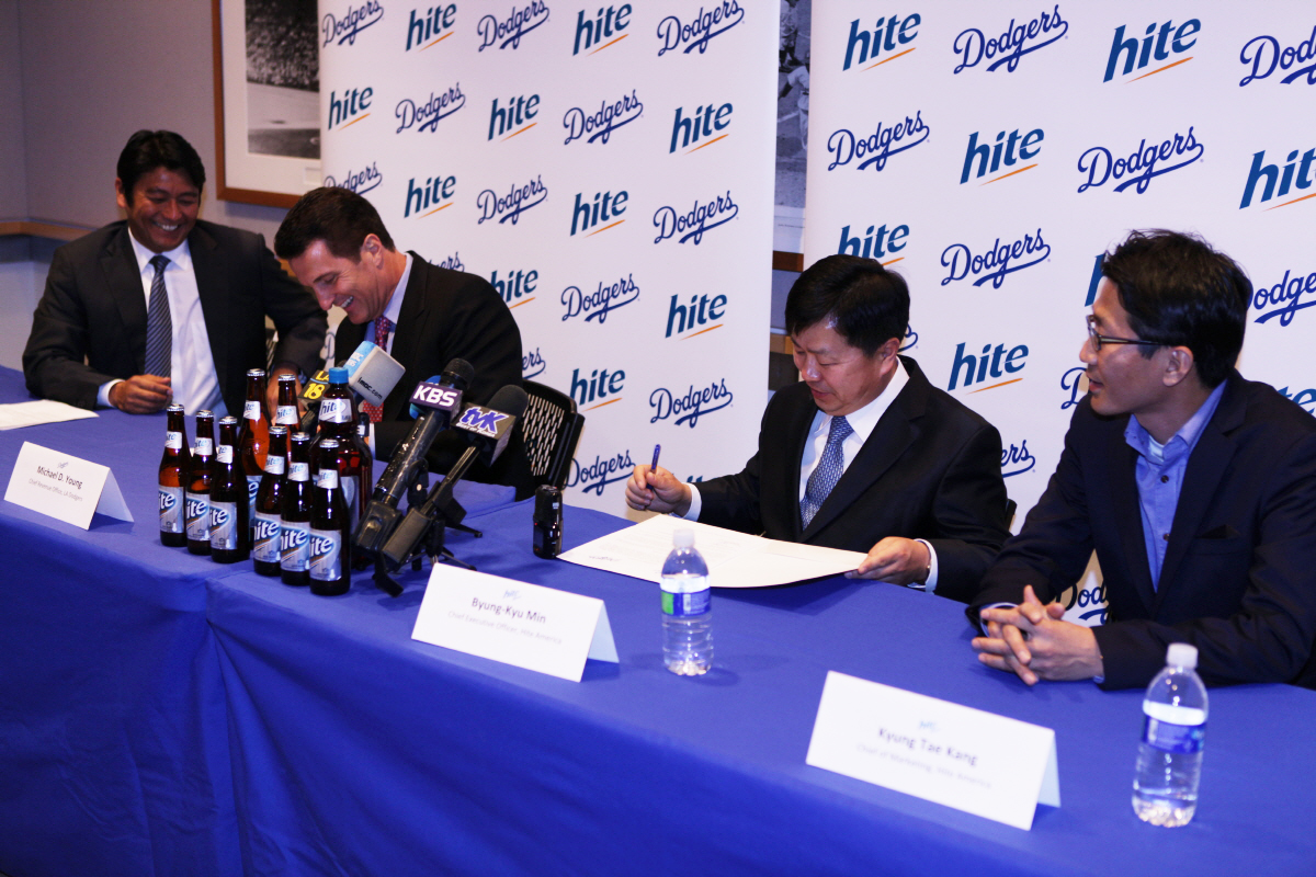LA Dodger's CRO (Chief Revenue Office) Michael Young and Mr. Min of Jinro America signing the offical Partership contract.