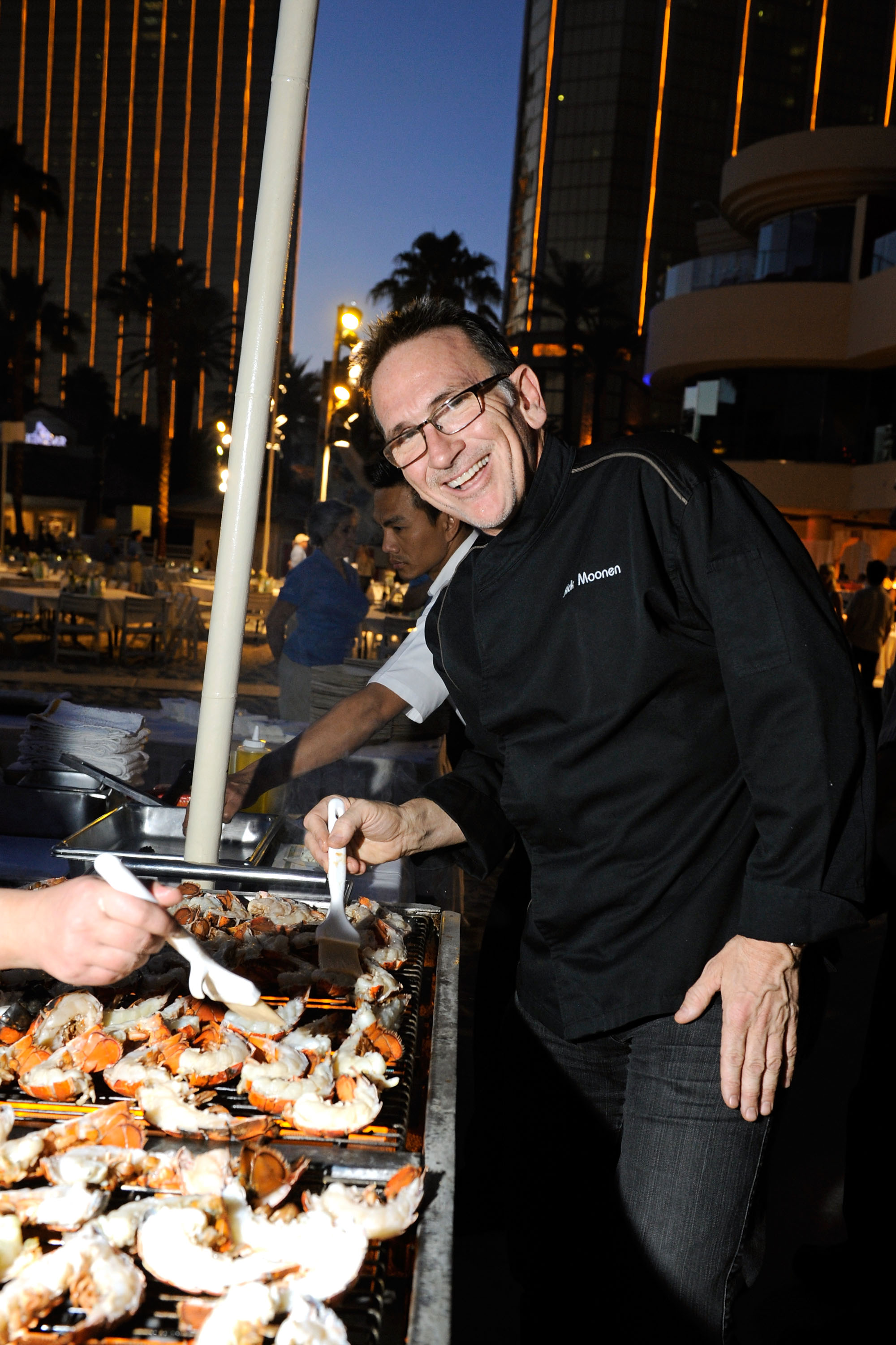 Rick Moonen preparing only the freshest seafood at the Clambake at Mandalay Bay Beach (photo credit: Isaac Brekken)