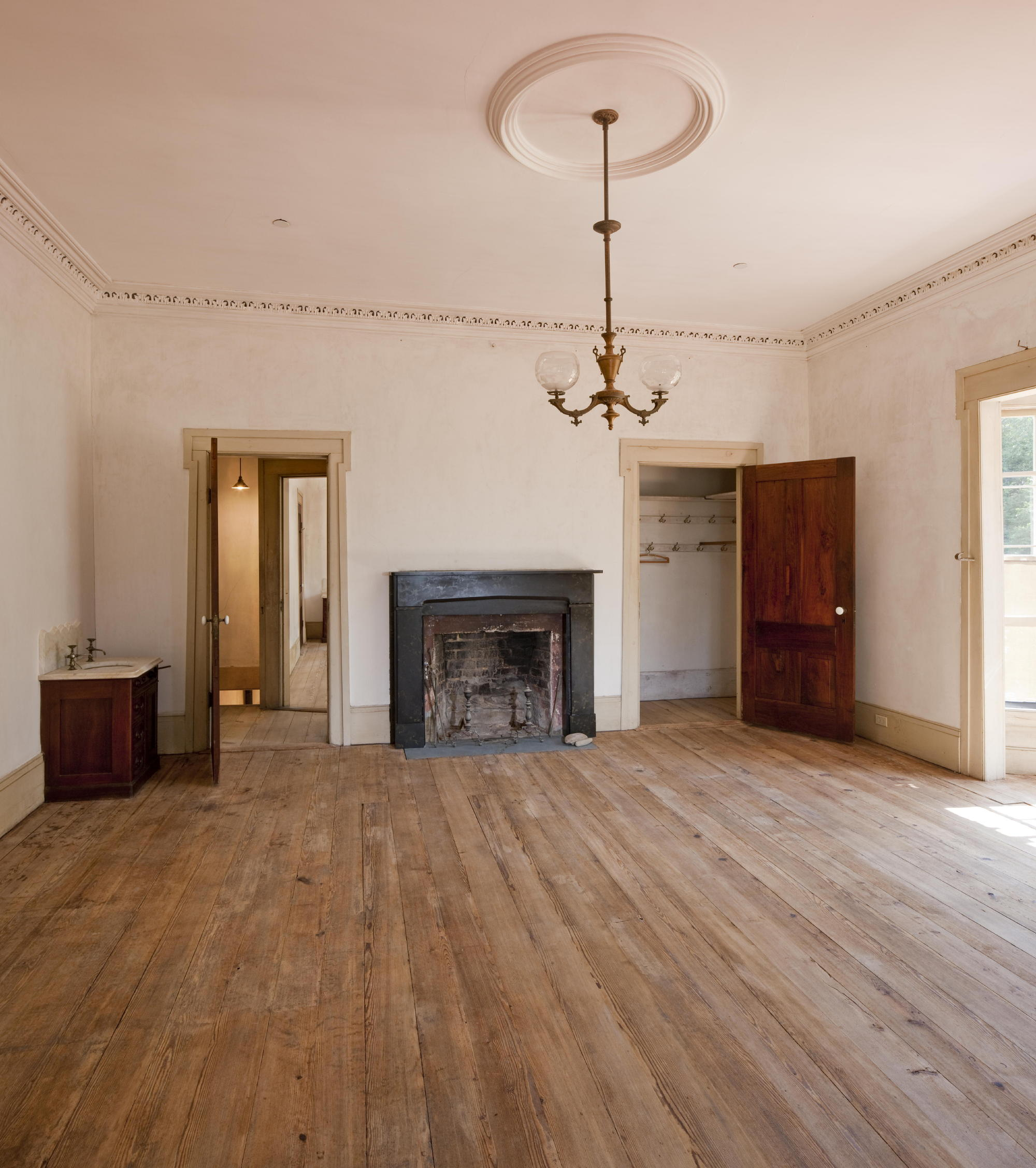 The farmhouse at Hardman Farm retains its original gas lighting fixtures (modified only minimally for partial electrification in the early 20th century), and original and early 20th century plumbing fixtures. The knob and skeleton key locks on the bedroom and parlor doors were restored. Photo: c Jonathan Hillyer / Atlanta