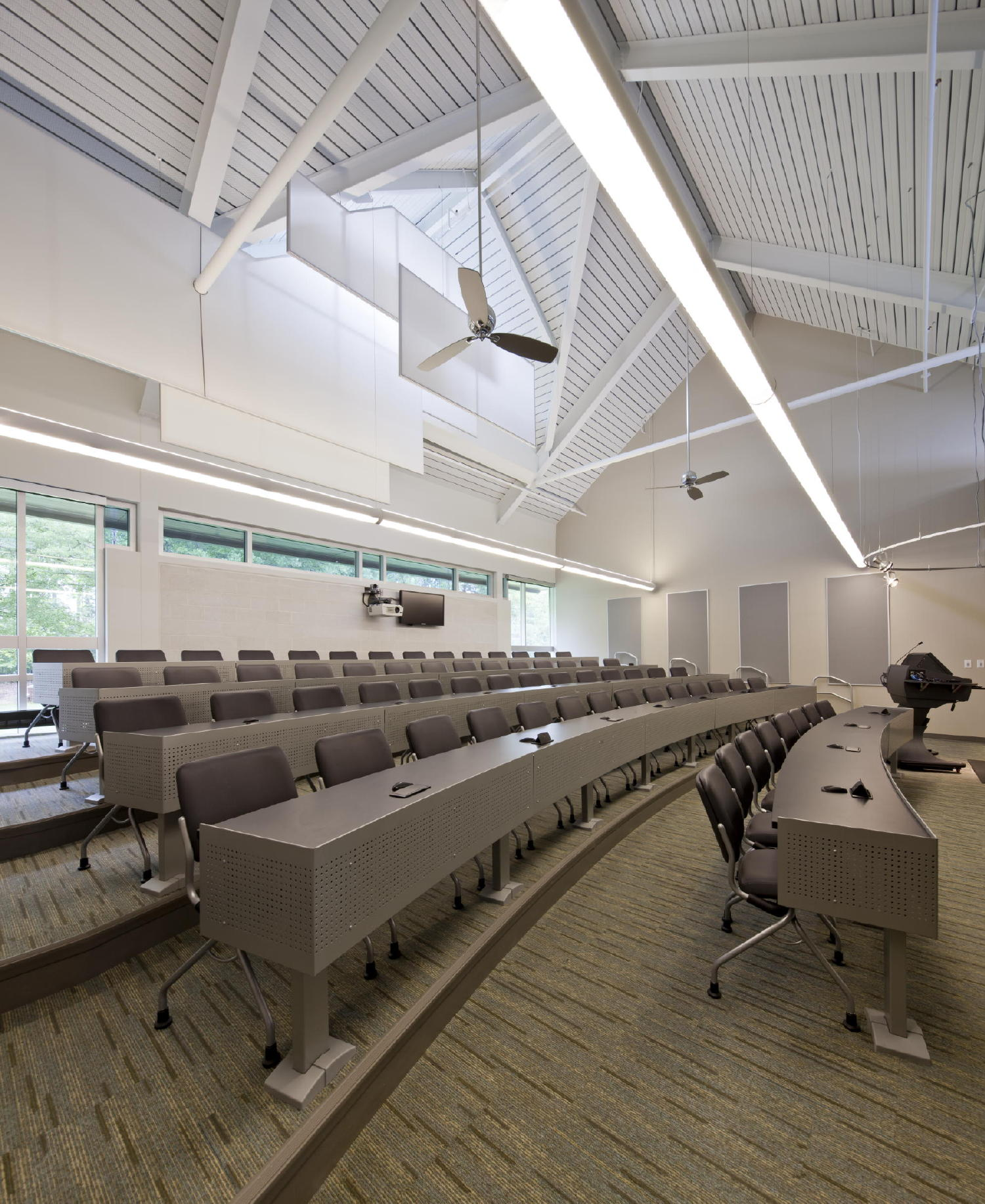 This tiered lecture room represents the latest in education technology. Flexible seating and tables accommodate team-based group learning. Innovative daylighting strategies were employed to create AV-enabled classrooms free of glare. c 2012 Jonathan Hillyer / Atlanta